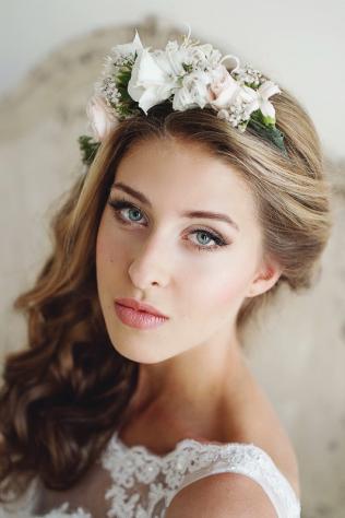 Свадебные прически с ободком из цветов 24